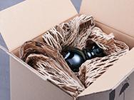 Verpacken eiern Vase mit selbst hergestelltem Verpackungsmaterial