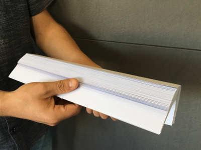 Vor dem Einlegen sollte das Papier aufgefächert werden