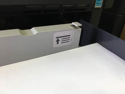 Die Maximale Stapalhöhe im Papierfach wird meist durch eine Markierung gekennzeichnet.