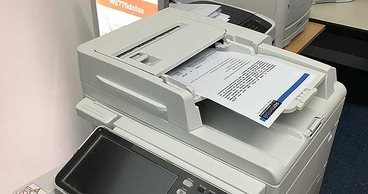 ADF eines Multifunktionsgeräts mit einem Dokument im Einzug