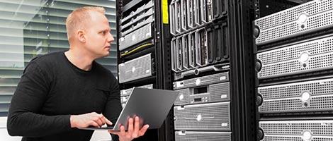 IT Service Techniker beim Einsatz vor Ort