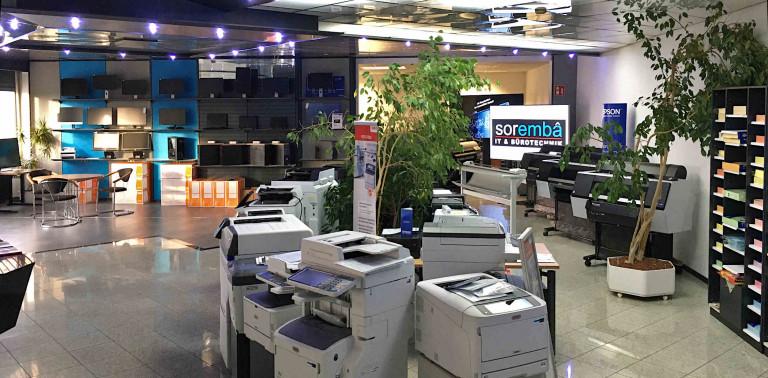 Blick in den Showroom mit PCs, Notebooks, Monitore, Großdisplays, Drucker - Soremba-IT