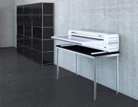 Faltmaschine ROWE VarioFold Compact offline mit Tablestand - Bild: ROTH + WEBER GmbH